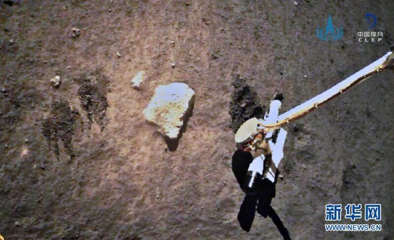Chang'e 5 takes lunar soil samples / News.CN image crop