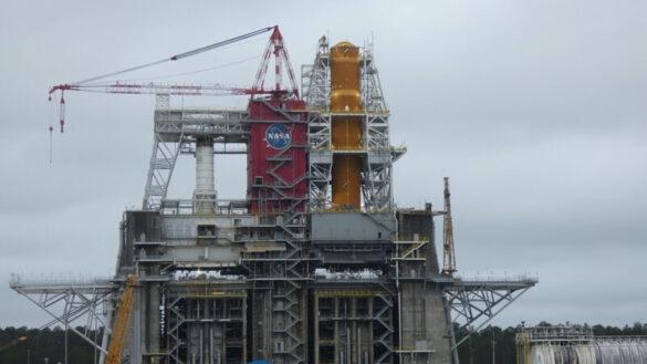Pierwszy stopień rakiety SLS podczas testu Green Run / NASA