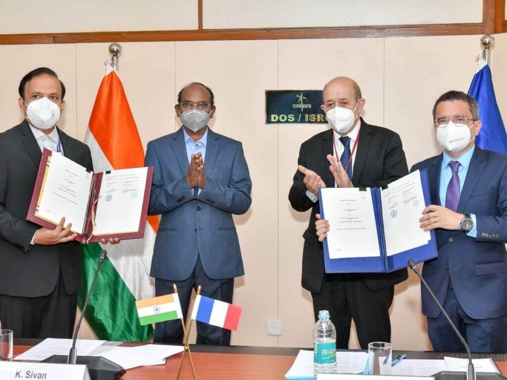 Podpisanie indyjsko-francuskiej umowy o współpracy. W środku zdjęcia dyrektor ISRO Kailasavadivoo Sivan oraz francuski minister spraw zagranicznych Jean-Yves Le Drian / Times of India