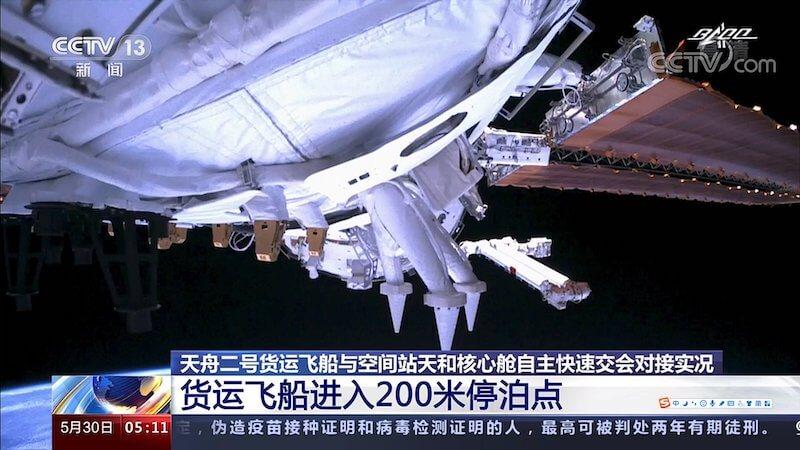 Kadr z cumowania pojazdu Tianzhou 2 do modułu Tianhe / CCTV 13